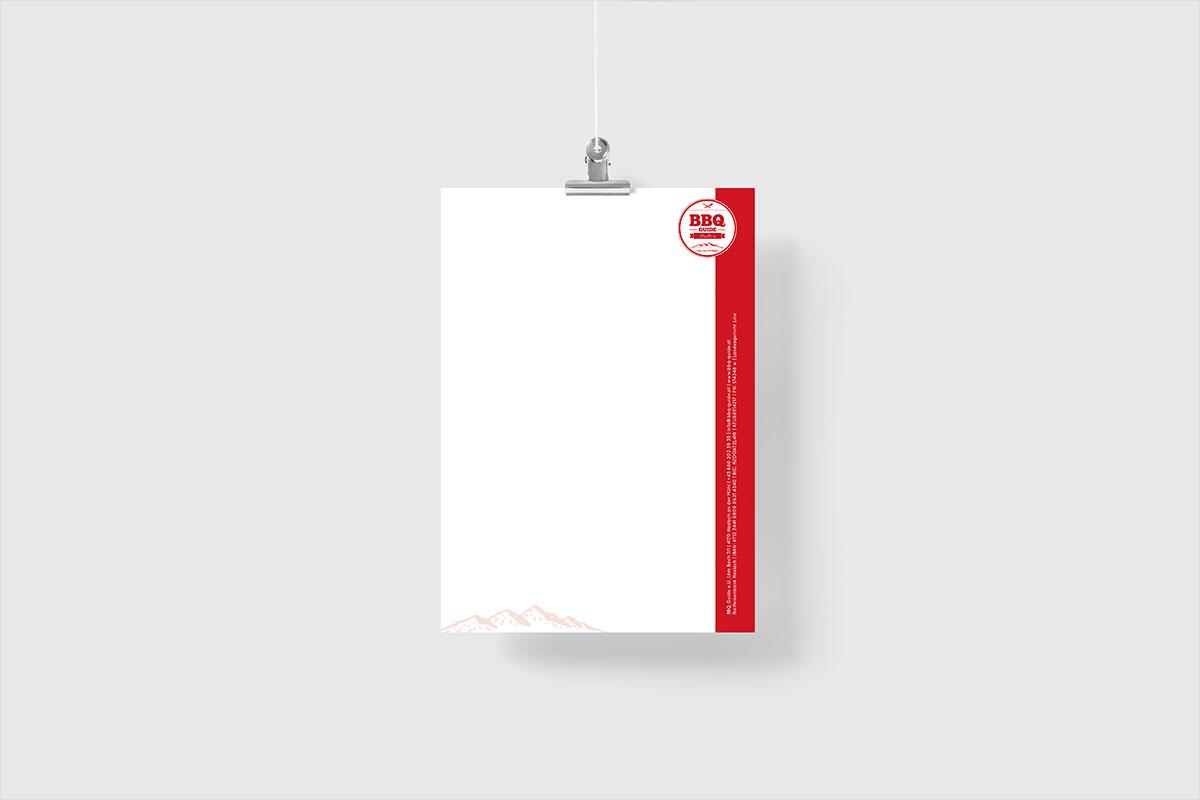 Briefpapier mit rotem Rand senkrecht rechts, hängend vor hellem Hintergrund