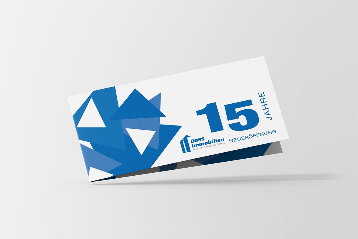 Einladungsfolder mit grafischen blauen Elementen links und Schrift rechts, 15 Jahre Neueröffnung