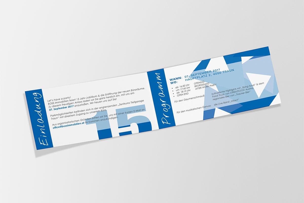 Einladungsfolder Innenseiten mit grafischen blauen Elementen links und Schrift rechts, 15 Jahre Neueröffnung