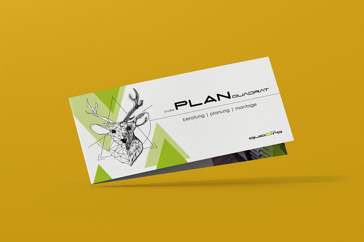 Design Folder auf gelben Hintergrund, Illustration Hirschkopf links und grüne Dreiecke, rechts Beschriftung