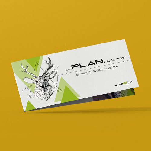 Studio Planquadrat, Design Folder auf gelben Hintergrund, Illustration Hirschkopf links und grüne Dreiecke, rechts Beschriftung