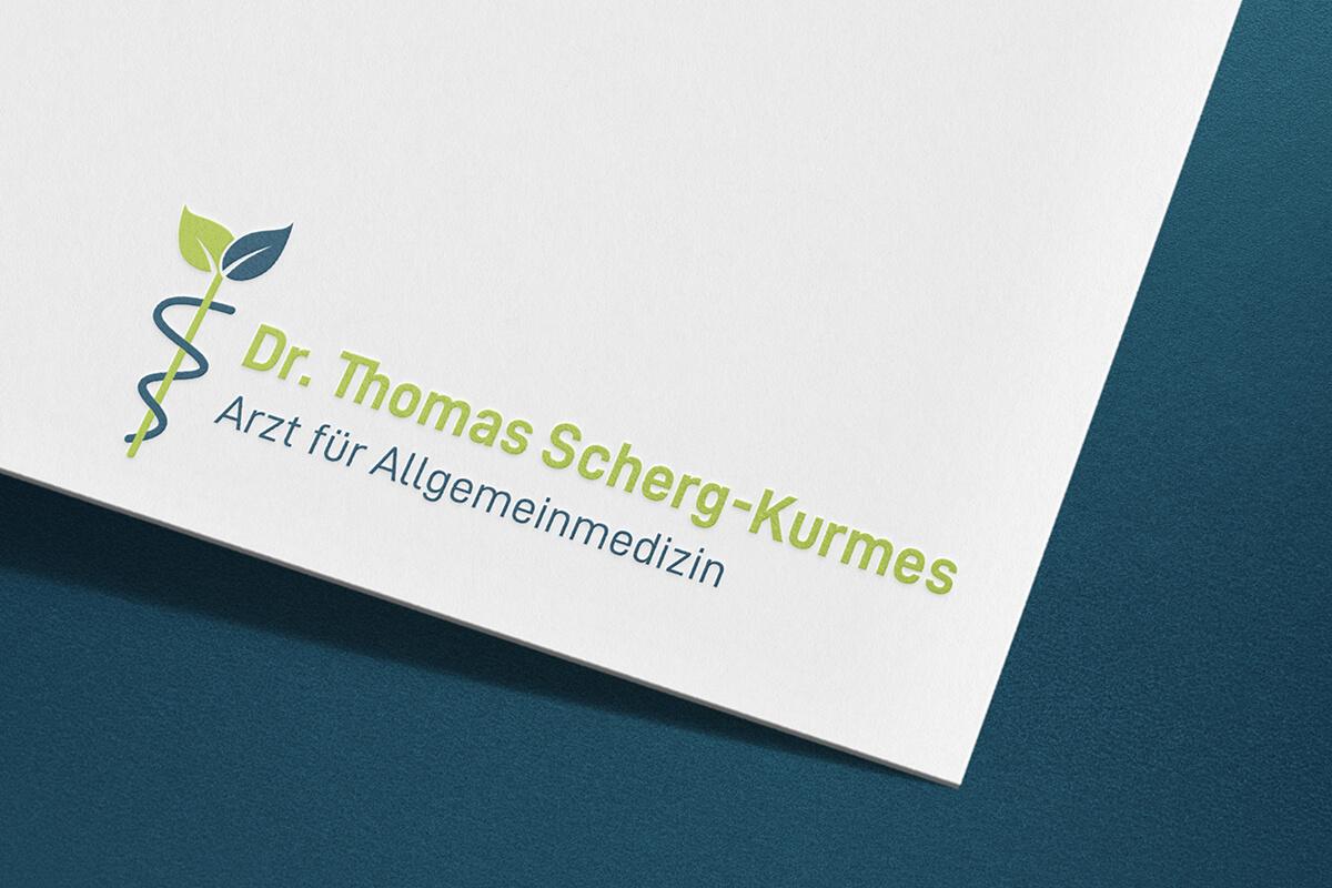 Visitenkarten-Ausschnitt auf dem ein Logo und Beschriftung eines Arztes zu sehen ist