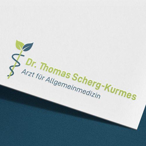 Scherg-Kurmes, Visitenkarten-Ausschnitt auf dem ein Logo und Beschriftung eines Arztes zu sehen ist
