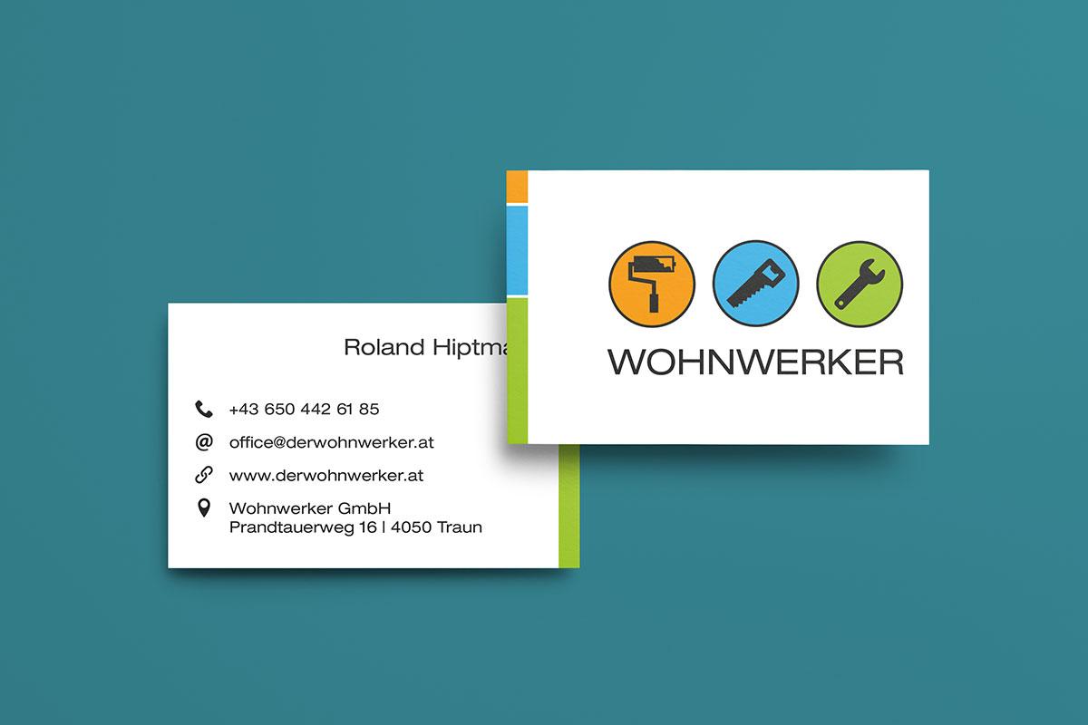 Visitenkarten Vorder- und Rückseite auf grünem Hintergrund mit Logo und Beschriftung andere Seite