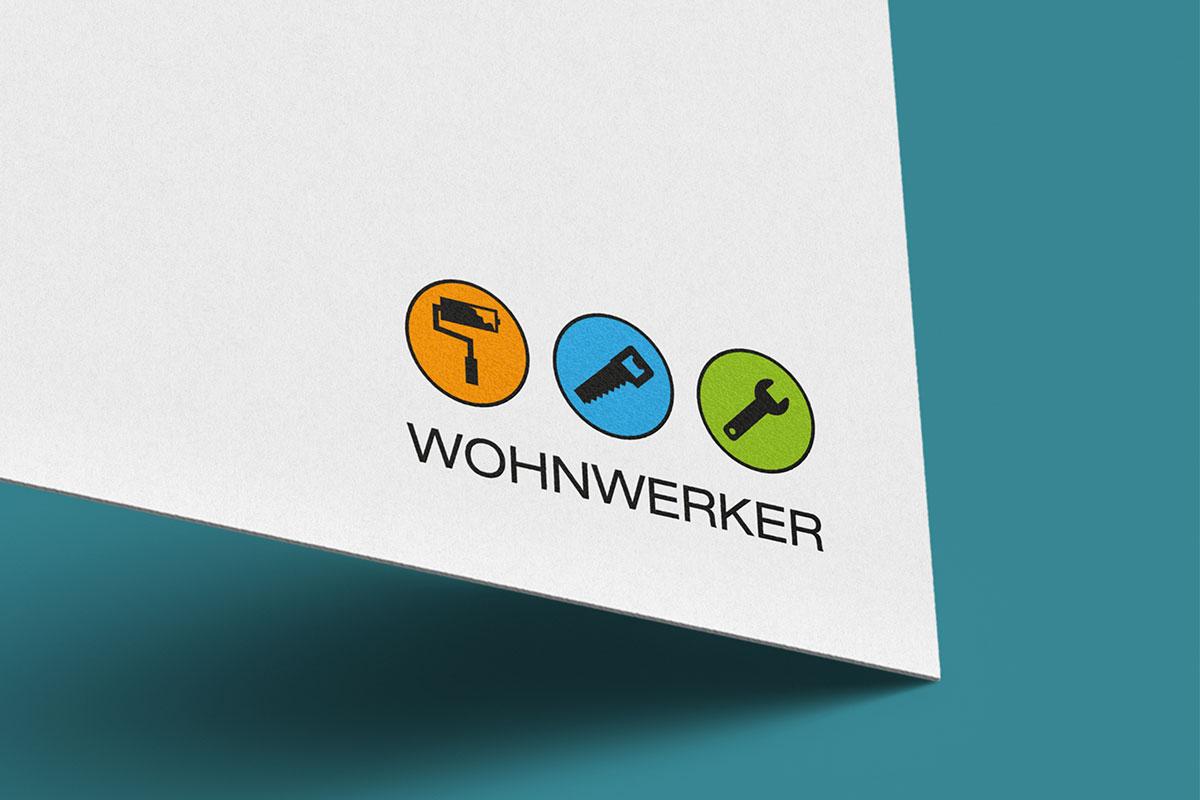 Visitenkarten-Ausschnitt auf grünem Hintergrund mit Logo und Schriftzug Design