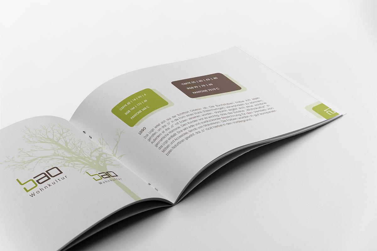 Aufgeschlagene Broschüre mit grafischen Elementen und Text
