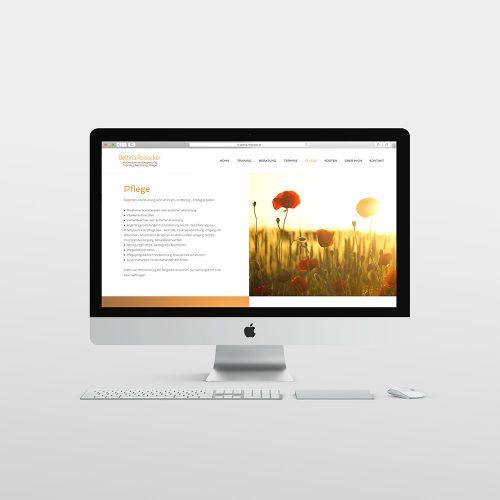 Webdesign, Apple PC mit Tastatur und Maus vor hellem Hintergrund. Desktop Design mit Blumen rechts und Schrift links
