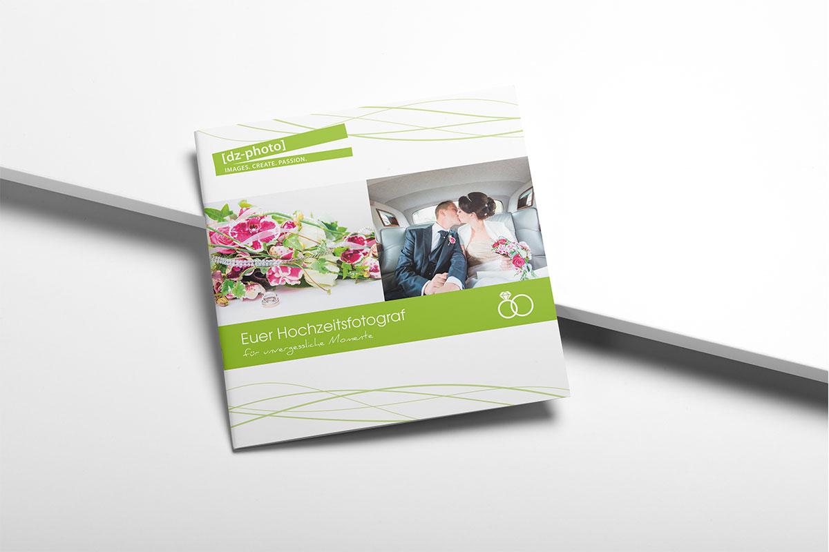 Broschüre auf hellem Hintergrund liegend, zwei Bilder mittig und grafische Elemente oben und unten