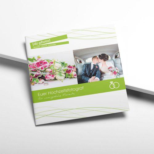 dz-Photo, Broschüre auf hellem Hintergrund liegend, zwei Bilder mittig und grafische Elemente oben und unten