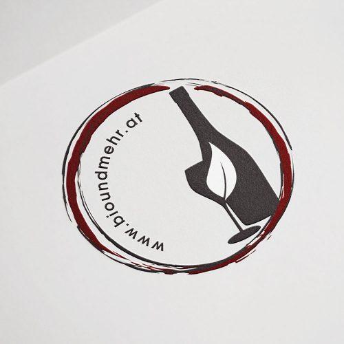Foller, Logo Flasche, Glas und Webadresse im roten Kreis Portfolio
